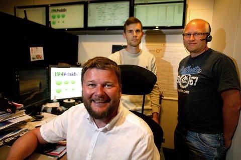 Daglig leder i IT Partner Helgeland, Kenneth Eriksen (foran), sammen med Nichlas Kuttner og Bjørn Roger Pedersen (t.h.), fotografert i forbindelse med rekordåret 2015.