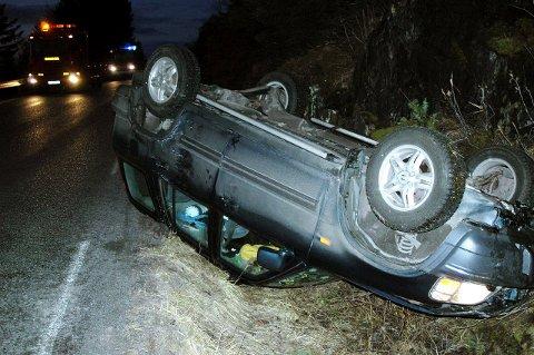 Kuldegrader er ensbetydende med glatte veier. Denne bilføreren var uheldig og havnet på taket i Skarsåsen i Brønnøy. (Illustrasjonsfoto)
