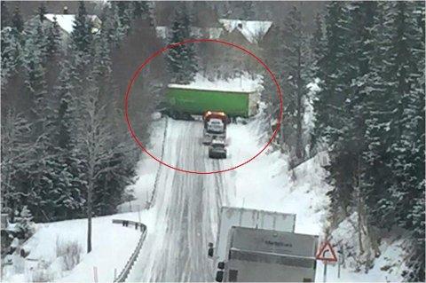 Den slovakiske semitraileren sperrer hele veien lengst nord i Svenningdalen. Foto: Hogne Nordnes Svendsgård
