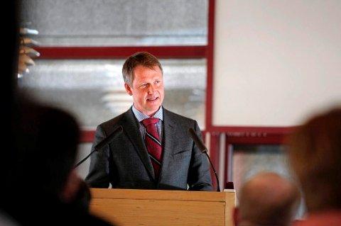 PÅ PALLEN: Han er sjef i Helgelands største kommune, men kommer på andreplass i lønn.