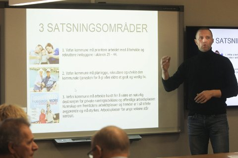 Satser: Kjetil Hoff presenterte tre satsingsområder og nye prognoser for folkevekst til Vefsn planutvalg. Foto: Jon Steinar Linga