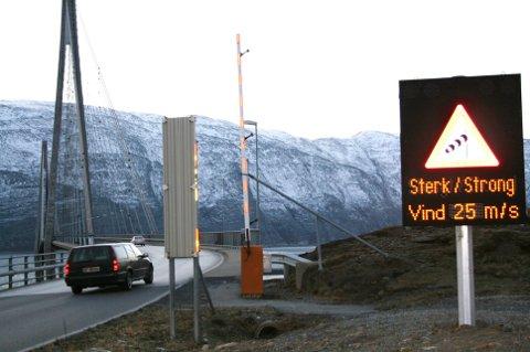 KRAFTIG: Vinden er kraftig på Helgelandsbrua. Arkivfoto: Martin Jøsevold