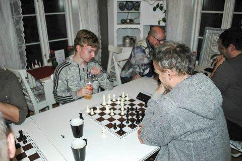 SJAKKMATT: Sondre Pedersen vant begge sine kamper, og her setter han Dag Talleraas sjakkmatt i det andre partiet. – Litt heldig, men godt spilt av Sondre, sier Torger Nilsen.  FOTO: TORGER NILSEN