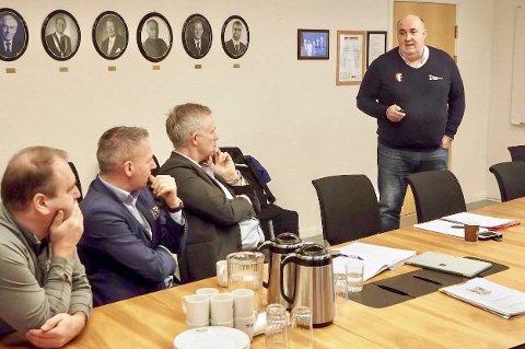 MØTE: Forrige uke var daglig leder Svein Olav Øie i Region Nord på besøk i Sandnessjøen. Der var det møte om den fortvilte hallsituasjonen til SIL Håndball. Her er han sammen med rådmann Børge Toft og ordfører Bård Anders Langø. Soneleder Bård Svendsen til venstre.  FOTO: REGION MIDT-NORGE