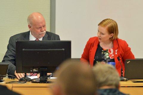 UTSETTELSE: Åshild Pettersen foreslo først utsettelse av saken, uten å få støtte fra resten av representantene. 10 minutter senere kunne Jann-Arne Løvdahl fastslå at forsamlingen var lett å snu da det ble utsettelse likevel.