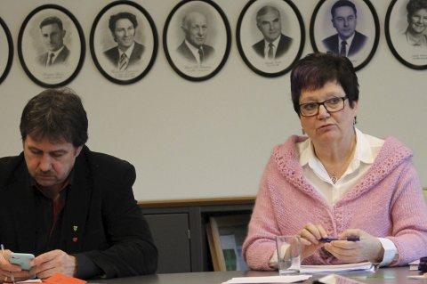 Orienterte: Administrasjonssjef Britt Jonassen orienterte om budsjettsprekk i renovering av Leines barnehage. Ordfører Ivan Haugland til venstre. foto: Benedicte Wærstad