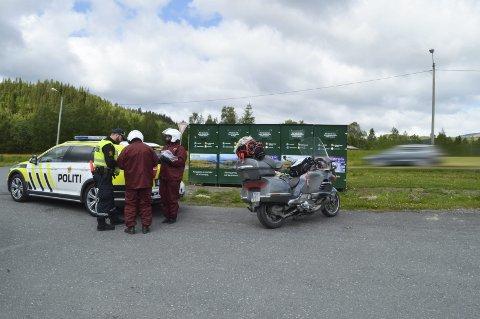 FOR FORT: Den spanske sjåføren av motorsykkelen måtte ut med flere tusen kroner i bot. Politibetjent Sven Henning Kvernø i UP måtte bruke tid på å forklare norske regler. Halvparten av dem som ferdes i sommertrafikken bryter fartsgrensen.