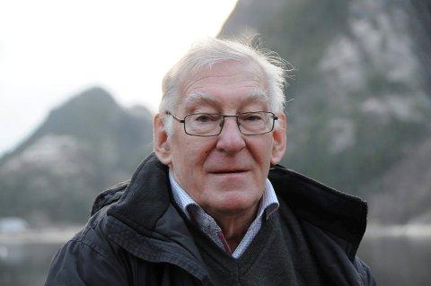NOVEMBERSTEMNING: Dag Utnes er fornøyd med resultatet av november. Han mener forresten at å knyte ei blå sløyfe rundt kreftsaken er mye bedre enn å la barten gro.  Dag Utnes. 73 år. Ungkar. Pensjonist. Bor i Mosjøen