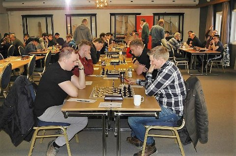 KM SJAKK: Her ser vi førstelaget til Mosjøen sjakklubb i første runde mot Fauske 3. Mosjøen sitter på venstre side av bordet. Kristian Røilid  sitter nærmest, så følger Sondre  Pedersen og Kjell Sjøbrend.