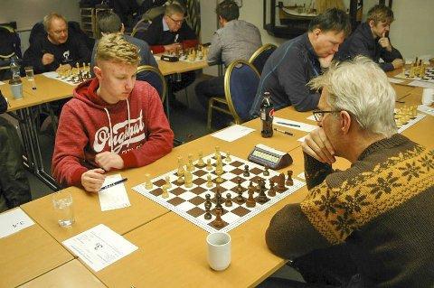 KM lag i sjakk på Fauske Mosjøen sjakklubb ble nummer to og her er Sondre Pedersen i aksjon. Sondre spiller her mot Espen Larsen på Fauske 1. Dette ble et langt og krevende parti. Larsen fikk et materielt overtak som har spilte fram til seier. Sondre vant to partier