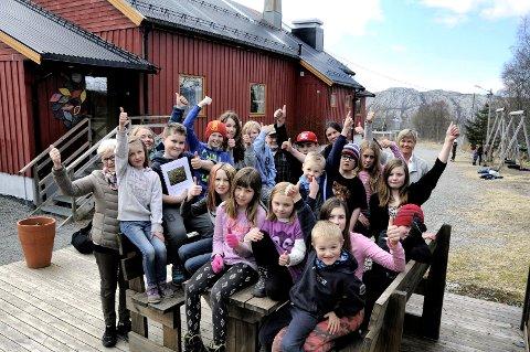 GJENGANGERE: Tverlandet Oppvekstsenter utmerker seg år etter år i Nysgjerrigper. Her jubler elever over andreplassen fra 2016.
