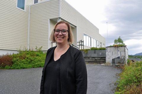 NY ARBEIDSPLASS: Camilla Maria Vågan var torsdag innom rådhuset i Leirfjord for å hilse på en del av dem som blir hennes kollegaer når hun begynner som administrasjonssjef 1. august.