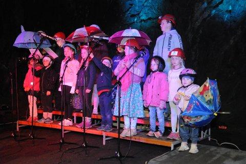 PARAPLY OG SKARRING: De unge sangerne fra Dolstad begeistret publikum i en liten fjellhall i Mosjøen lørdag ettermiddag. Her synger de «Eg ve te Bergen», og da må man selvfølgelig skarre på R'ene under paraplyene.