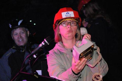 HALLO HALLO: Martha Mikalsen viste fram en telefon med rør og summetone. Kun de voksne, for eksempel Øivind Mikalsen, dro kjensel på fenomenet fra fortida.