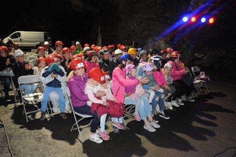 TRIVELIG: Hjelmpåbudet ble selvfølgelig overholdt, og publikum klappet seg varme på tunnelkonsert i Øyfjellet.