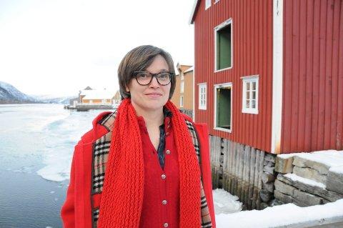OVERRASKET OG FORNØYD: Janicke Kernland forteller om en tøff prosess i utvelgelsen av ny direktør til Helgeland Museum. Hun fikk jobben, og hun kan koste på seg et smil på kommunekaia med utsikt til Skogbrygga.