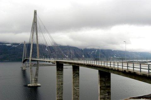 Problemene vinterstid oppstår på sandnessjøsida av Helgelandsbrua.