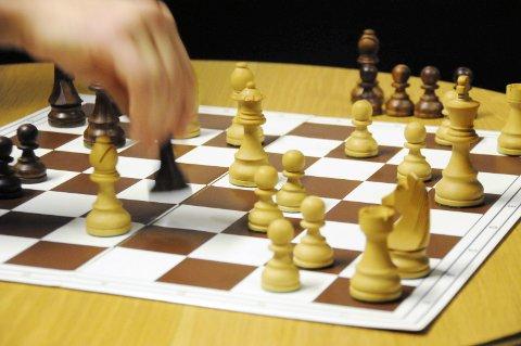 ALT FOR KONGEN: Et sjakkparti kan være avgjort på svært kort tid, men kan også vare i timevis. Sågar i dager. Kongen skal voktes også innafor fengselsmurene.