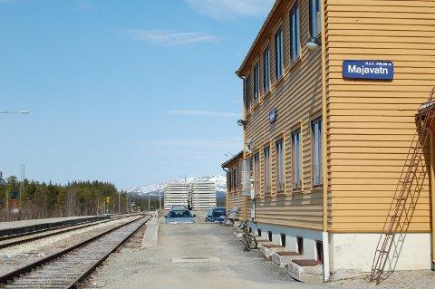 Det skal legges nye sviller melom Majavatn og Svenningdal til høsten.
