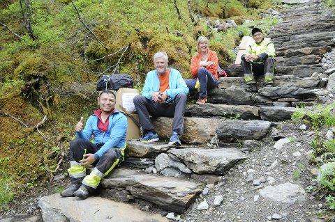 TIL Å BLI RØRT AV: Sherpaene Nima Nuru (t.v.) og Yubaraj Magar ble møtt med begeistring av Otto Teksum Lund og Inger Lise Innerdal i Helgelandstrappa.