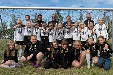 INGEN EGENANDELER: Spillergruppa til Kvaløya Sportkslubbs jenter 2008-lag har aldri hatt egenandeler til kamper eller turneringer. Klubben jobber bevisst for å unngå egenandeler, fordi de frykter det kan gjøre at foreldre med dårlig råd trekker barn ut av idretten.