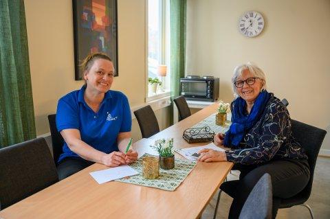 Samarbeid: Termik og Sanitetsforeningen samarbeider om å ringe til eldre i Vefsn kommune. - Dette er en meget positiv erfaring og kan være grunnlaget for framtidige samarbeidsprosjekt, sier Sigrid Sørdal i Termik og  Elinor Saue i Mosjøen sanitetsforening.