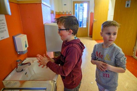 Vasker hender: William Nicolai Bjørknes og Johannes Breines Elsfjord i 3.klasse står i kø for å vaske hendene.