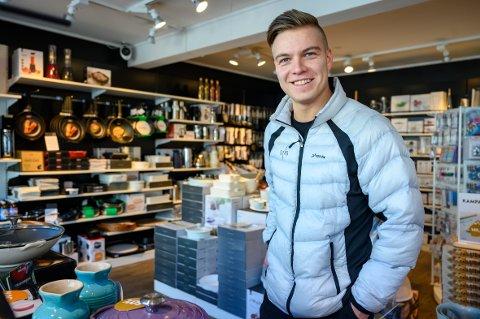 STØTTER OPP: Marcus Aune synes det er flere fordeler med å handle lokalt, og har blant annet vært innom Tilbords i Mosjøen for å handle til den nye leiligheten.