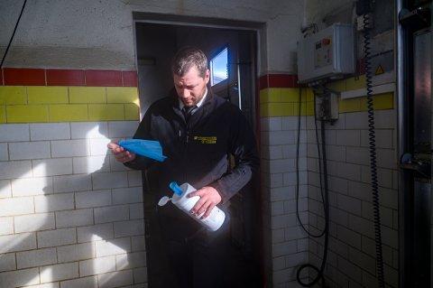 Vasker grundig: - Det er veldig få oppdrag på oss om dagen. Om ikke annet gir det oss god til å renhold av bilene, sier Joakim Vike, daglig leder av Mosjøen Taxi.