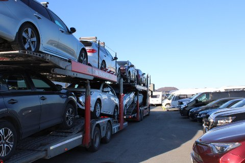 Flere trailerlass med biler ankom i helgen Stadssalg i Bodø.