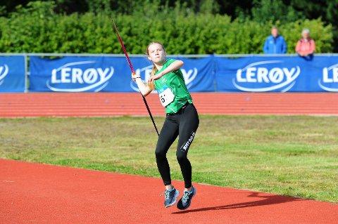 TIL TOPPS: Mari Arntsberg Bråten imponerte da hun vant i stav og sikret seg sølv i spyd på åpningsdagen i Lerøy-lekene.