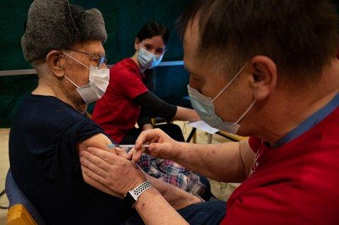 Vaksineringene i Vefsn har foregått på Betel. Her får Ole Forsmo fra Mosjøen vaksine av sykepleierne Elisabeth Tverå og Arild Berentzen.