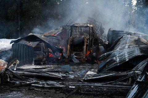 Brann: Garasjen ved Drevjaveien brant ned til grunnen.
