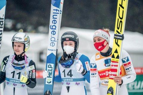 ENESTE MED EGNE SKI: Eirin Maria Kvandal er den eneste av hoppjentene som har fått sine egne ski til verdenscuprennet i Hinzenbach i dag. Bildet er fra Ljubno der Eirin vant det individuelle rennet.