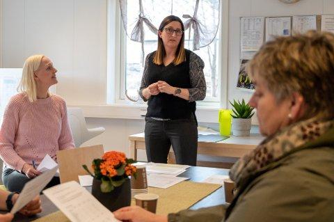 NY UTREDNING: Marit Solhaug (i midten) liker at politikerne i Vefsn vil utrede saken bedre.