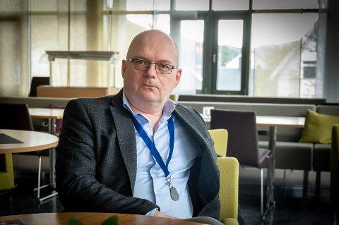 Rådmann Erlend Eriksen ber alle innbyggerne over 18 år i Vefsn kommune svare på om de ønsker å stå i vaksinekø. Fortsatt er det flere tusen som ikke har svart.