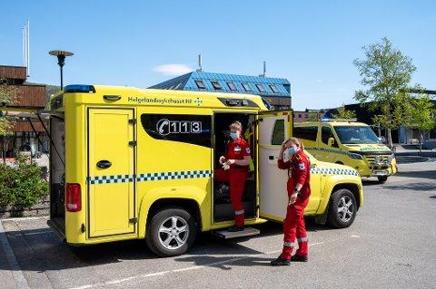 Nødetatene var raskt på stedet og ambulansepersonell tok vare på mannen.