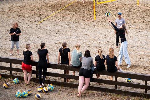 Klubbveileder Kate Sønstebø og Vitor Macedo fra prosjektet Sandasol var mandag på besøk hos Mosjøen volleyballklubb. Her får spillerne målt hvor hardt de kan serve en ball.