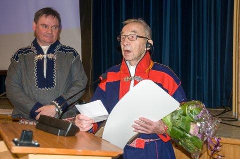 GIKK BORT: Hans Nergård er død. Her fra da han fikk Karasjok kommunes kulturpris. Sammen med ordfører Svein Atle Somby (Ap)