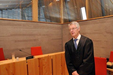 AVVISER Straffskyld: Advokat Harald Stabell forsvarer 23-åringen som står tiltalt for overgrep mot barn under 10 år. Han sier at hans klient stiller seg uforstående til tiltalen, og tar saken meget tungt.