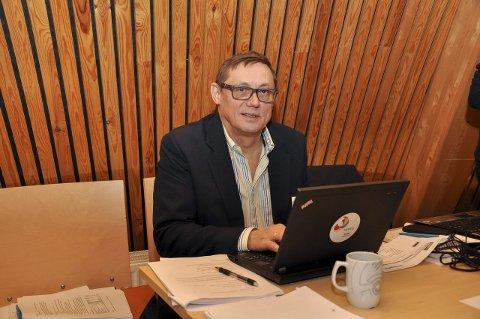 POLITISK KOMMENTATOR: Nils Johan Heatta jobbet med politiske saker for NRK Sápmi. Her er han avbildet på jobb i Sametingets plenum.