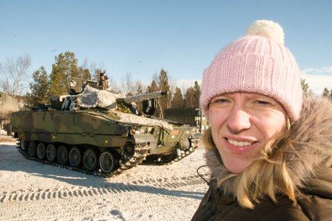 """PÅ PORSANGMOEN: Anniken Huitfeldt har tidligere besøkt Panserbataljonen til Brigaden i Nord under øvelsen """"Joint Viking"""" på Porsangmoen. Her er hun fotografert foran en CV9030N stormpanservogn på Porsangmoen."""