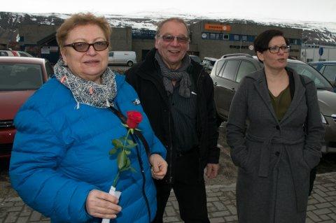 FIKK ROSE: Liv Johansen sammen med Arbeiderpartiets Oddbjørn Karlsen og Helga Pedersen.