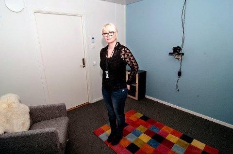 SNAKKE MED BARNET: Nina Cathrine Dahl, rådgiver ved Barnehuset i Tromsø, forteller at det er lurt å snakke med barna om hvor grensene går og hva som er greit og ikke greit. Men om man tror barnet kan være utsatt for overgrep, bør man søke råd hos politiet eller barnehuset. Foto: Jørn Normann Pedersen.