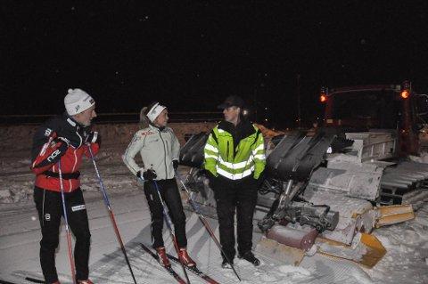 Arnt Isaksen (til høyre) har i 20 år vært med å preparere skiløyper i Alta. Finn Hågen Krogh (til venstre) og Emilie Kristoffersen er fornøyd med jobben.