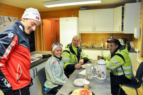 Finn Hågen Krogh (fra venstre) og Emilie Kristoffersen hadde med kake til løypemannskapet Ole Fredrik Suhr og Arnt Isaksen, for å markere at årets skisesong i Kaiskuru er i gang.