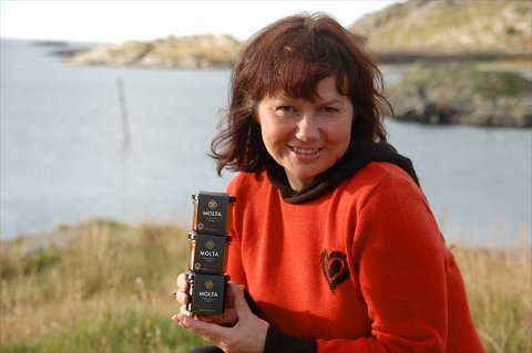OVER KNEIKA: Siss Heidi Hansen driver produksjon av både multesyltetøy og reiselivsbedrift i Tufjord på Rolvsøya, og merker at bedriften er over den berømte oppstartskneika.
