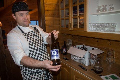 BLINDTEST: Ståle Olsen heller ølsortene i mugger på bakrommet, slik at smakspanelet ikke skal vite hvilket øl som serveres.