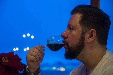 SMAK: Ørjan Pedersen jobber til daglig som servitør. Her er han i ferd med å smake på juleøl. De store bryggeriene er, sammen med alle nordnorske bryggerier, invitert til å nominere øl til julemat. Også noen importører har blitt invitert med.