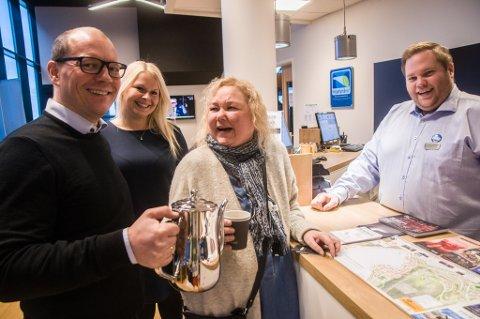 - Kulturnæring er viktig for hele byen, sier direktør Ørjan Bock ved Smart Hotel og sjenker kaffe til produsent av Dansefestival Barents Mette-Marith Aspmo. Bak står selger hos Smart Hotel Synnøve Tangstad og bak disken står resepsjonssjef Lars Erik Engstrøm.